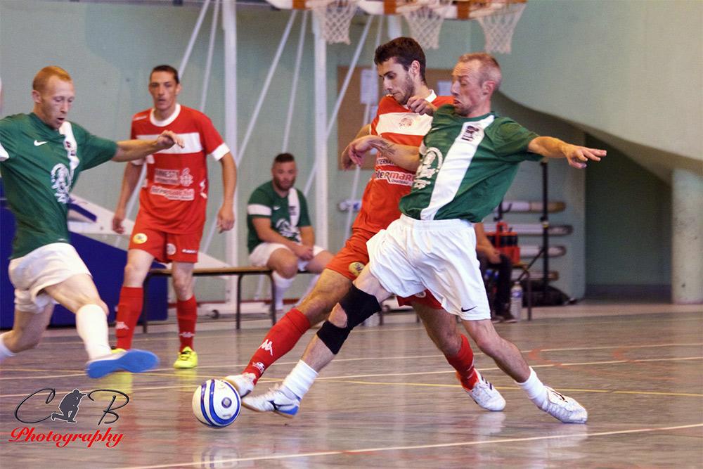 Un début de match difficile pour USR Futsal (en rouge)